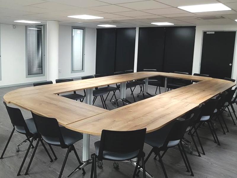 réunion d'entreprises dans la salle la Passerelle à St Just St Rambert - agence CLOEE