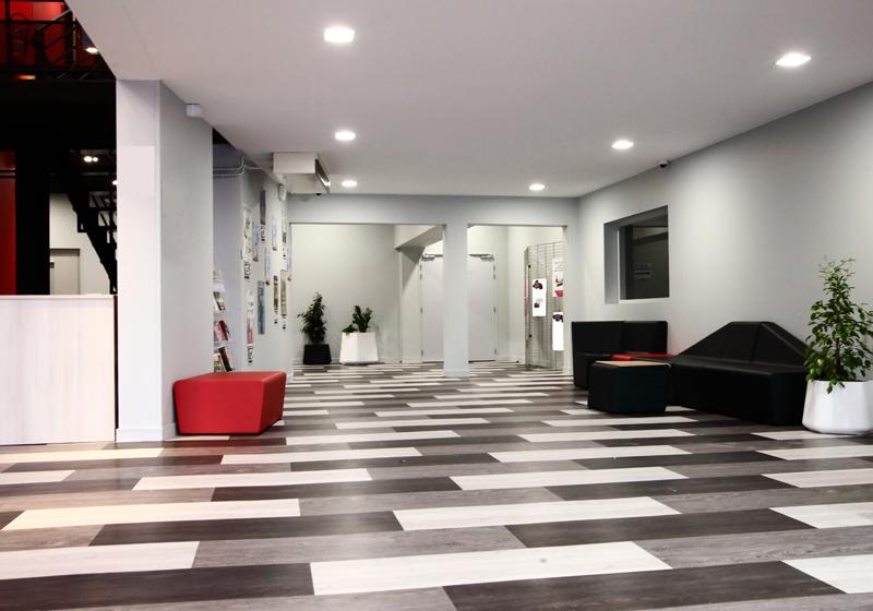 espace réceptif de la salle la Passerelle à St Just St Rambert - agence CLOEE